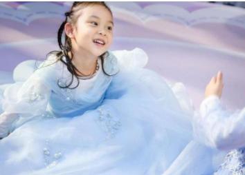 八岁的甜馨首次登T台走秀,表情冷峻让人直呼专业