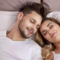 夫妻二人面对生活的苦难应多给对方鼓励的表情和言语