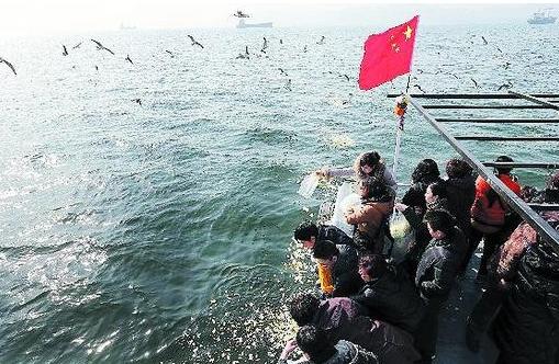 近年来汕头市政府一直推行海葬政策来保护生态地理环境