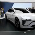 为与特斯拉品牌进行抗衡,蔚来最新款的新车定位中大型轿车