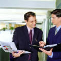 在职场当中如何去做才能够获得周边同事的好评与领导的信任