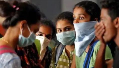 网络上一段印度演员的表演凭借形象的表情展现印度防疫现状