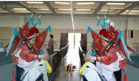 如果有机会走进京剧团练功房就能够看到一个又一个坚定表情