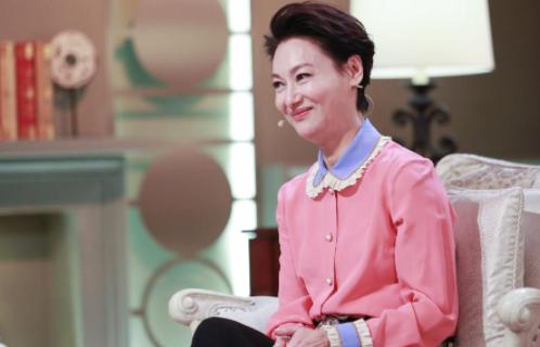 最近很多人都关注影视皇后惠英红出席女性影响之夜时尚活动